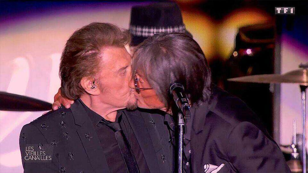 2fa4186a7a Les Vieilles Canailles : Jacques Dutronc embrasse Johnny Hallyday en plein  concert