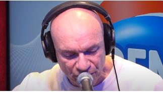 Gaetan Roussel chante «On ne meurt pas» dans les studios de RFM