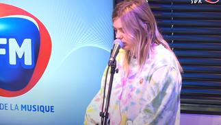 Louane interprète son nouveau single «Donne-moi ton cœur» chez RFM !